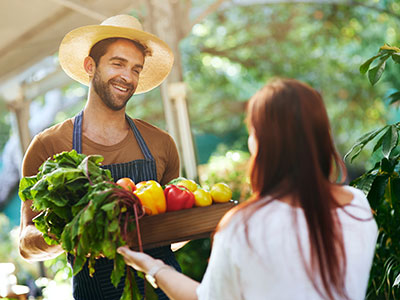 Man delivering fresh produce to a woman />