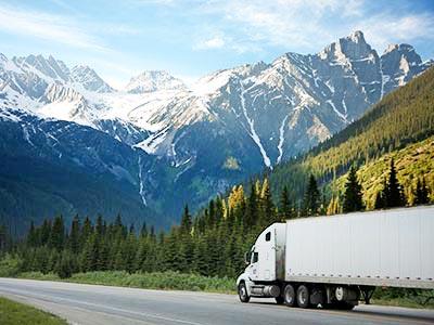Camión de carga conduciendo en las monta?as