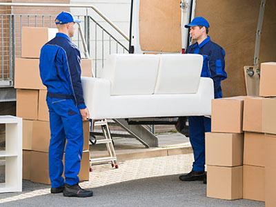 Möbelumzugsfirma, die eine weiße Couch liefert