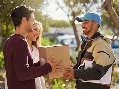 Zwei Leute erhalten ein Paket von einem Lieferer
