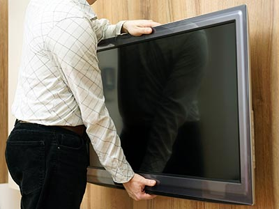 Man hanging TV on the wall